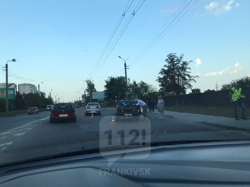 На Івасюка неповнолітня дівчина потрапила під колеса авто, яке тягнули на буксирі (ФОТОФАКТ)