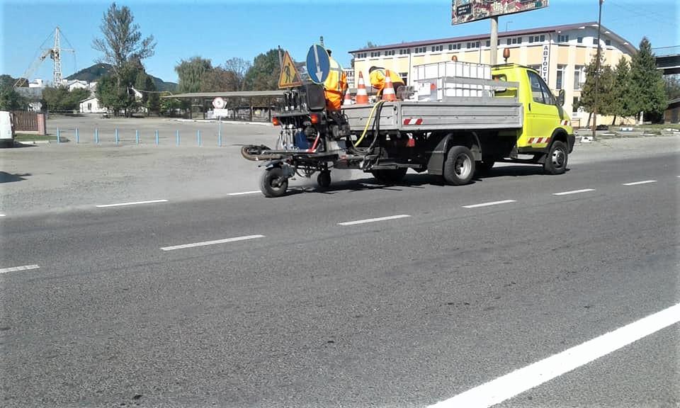 На прикарпатських дорогах малюють нову розмітку (ФОТО)