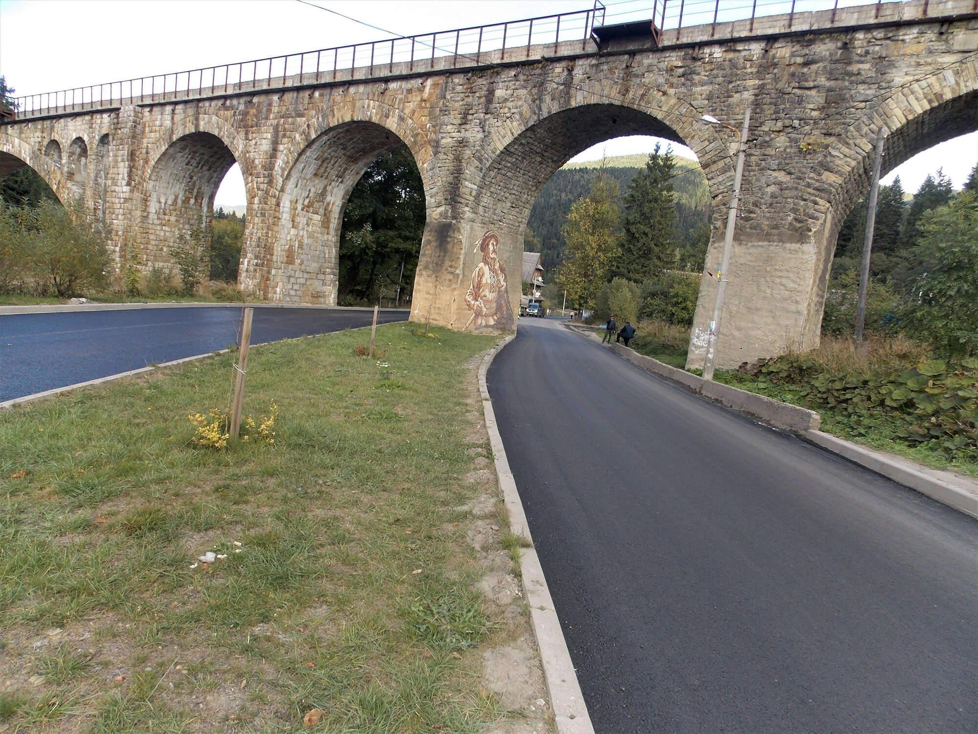 Відтепер під мостом 19 століття у Ворохті можна проїхати відремонтованою дорогою (ФОТО)
