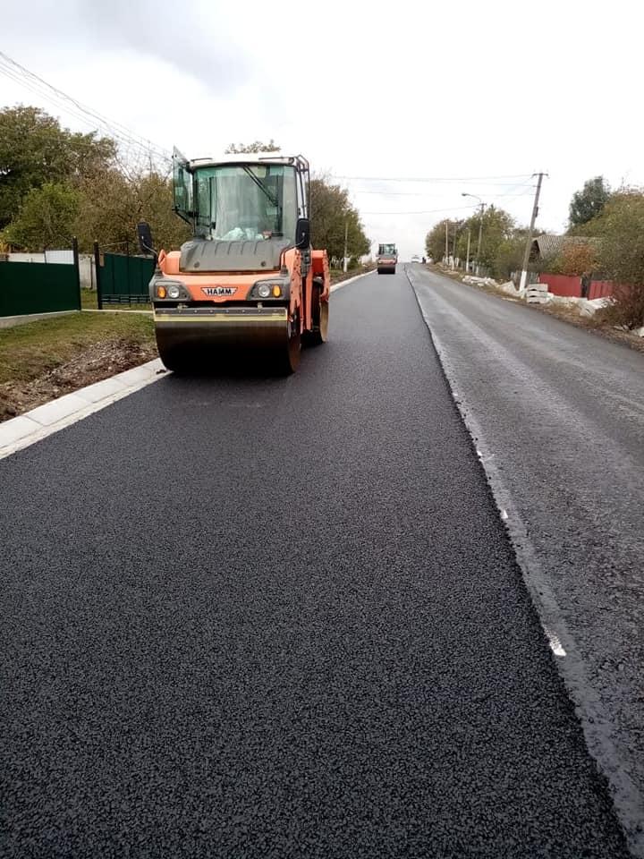 У селі на Тлумаччині продовжують ремонтувати дорогу держзначення (ФОТО)