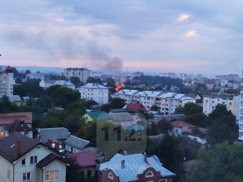 Ввечері на вулиці Опільського сталася пожежа – спалахнула покрівля гаражів (ФОТО, ВІДЕО)