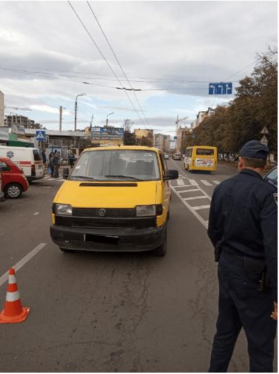 На Тролейбусній автомобіль збив на переході 68-річну жінку