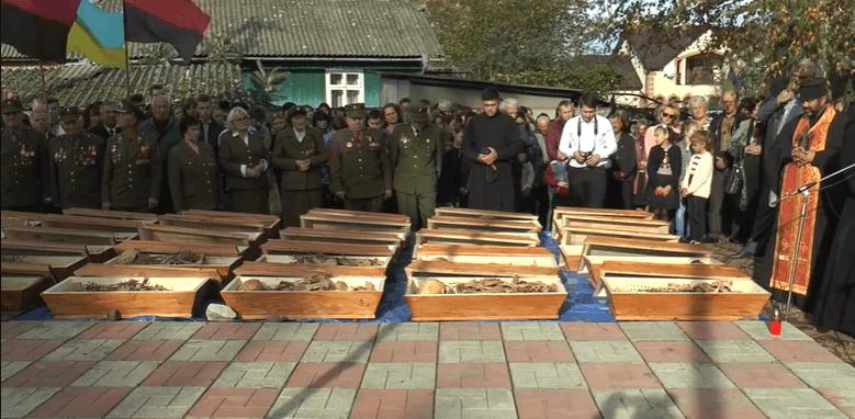 У селі на Прикарпатті перепоховали рештки жертв НКВД (ВІДЕО)