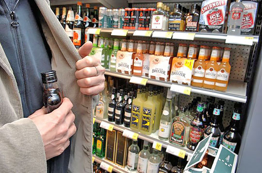 На Калущині затримали крадія в магазині, який поцупив алкоголь тааксесуари до телефону (ФОТОФАКТ)