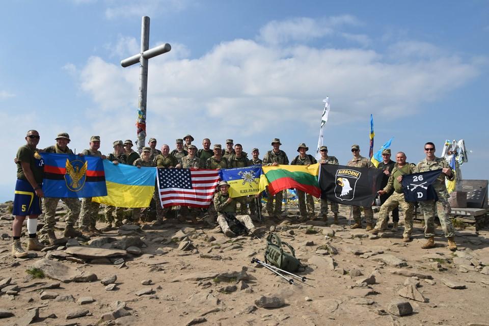 Десята штурмова бригада спільно з військовими різних країн піднялися на Говерлу (ФОТО)