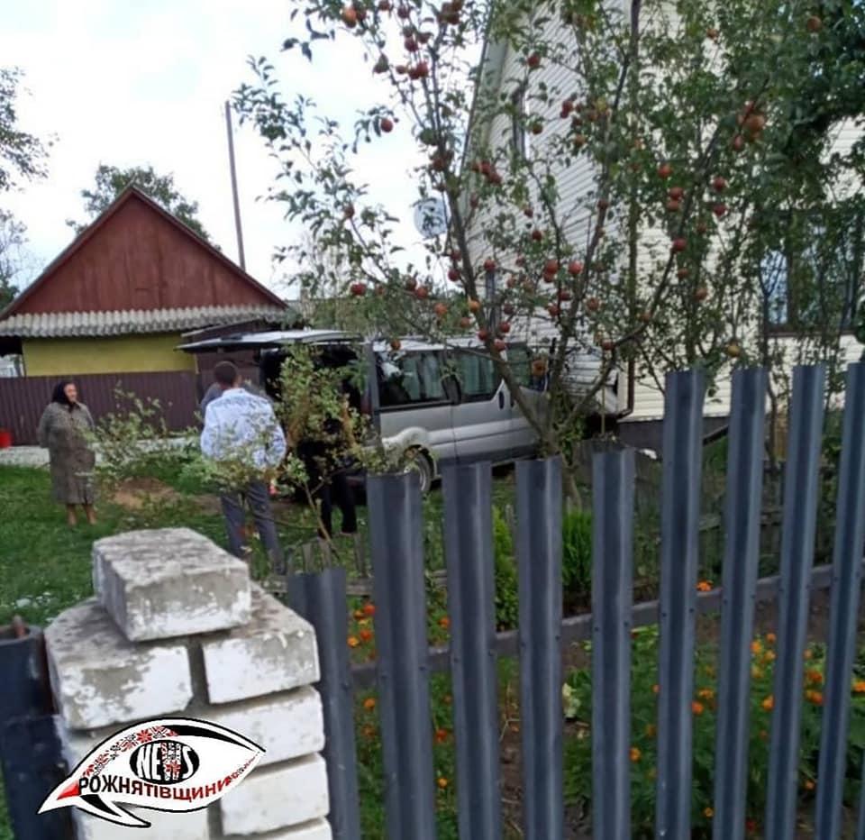 У Рожнятівському районі мікроавтобус з п'яним водієм врізався у житловий будинок (ФОТО)