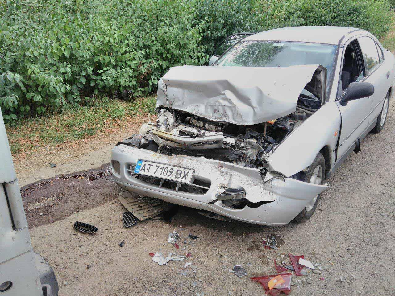 У Франківську автівка врізалась у причіп, припаркований на узбіччі (ФОТО)