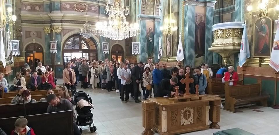 Сотні франківців стоять у черзі до Частинки Хреста, на якому розіп'яли Ісуса (ФОТО)