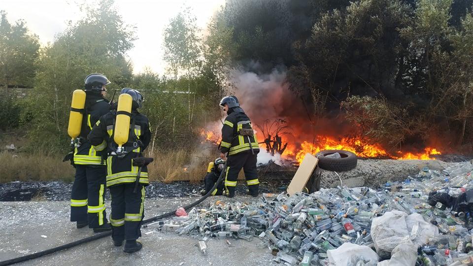 На Ботанічній спалахнуло сміття. Вогонь перекинувся на гаражний кооператив (ФОТО, ВІДЕО)