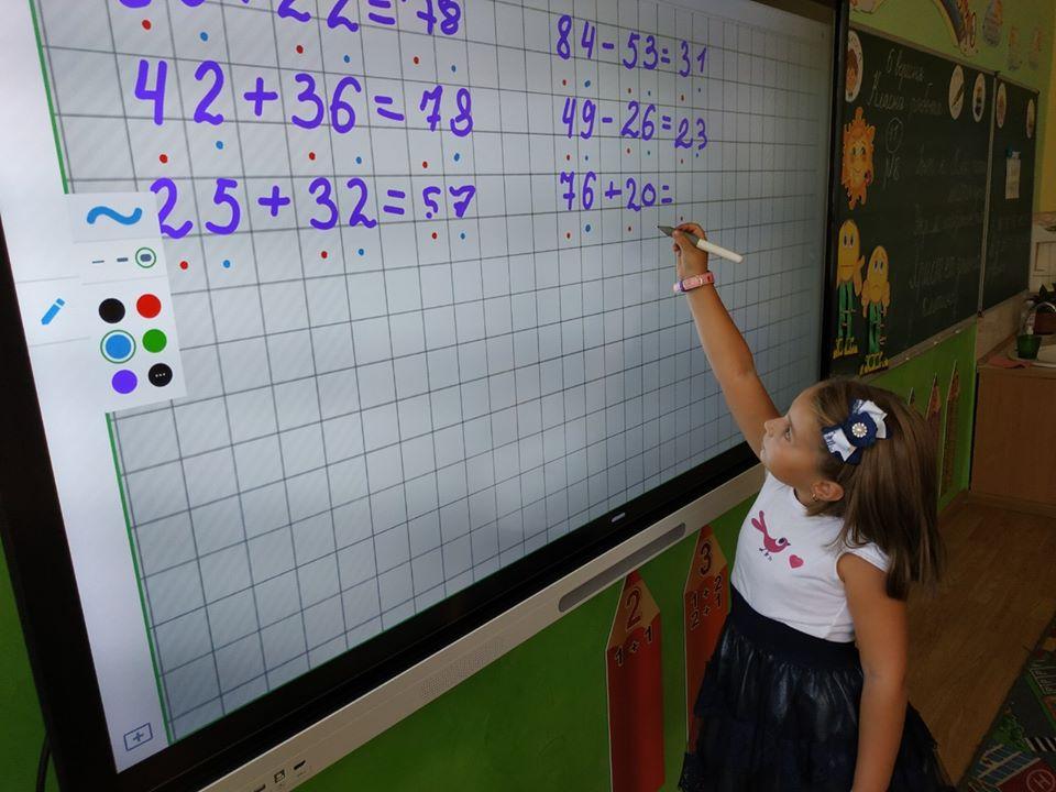 Цікаво і пізнавально: як франківські школярі навчаються за допомогою інтерактивної панелі (ФОТО)