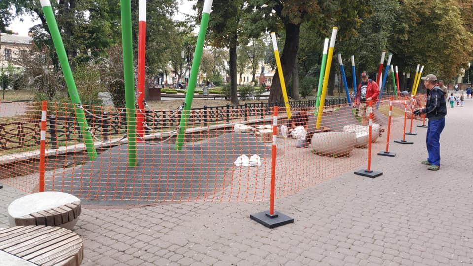 На Міцкевича відремонтували дитячий простір, але його продовжують нищити мешканці міста (фоторепортаж)