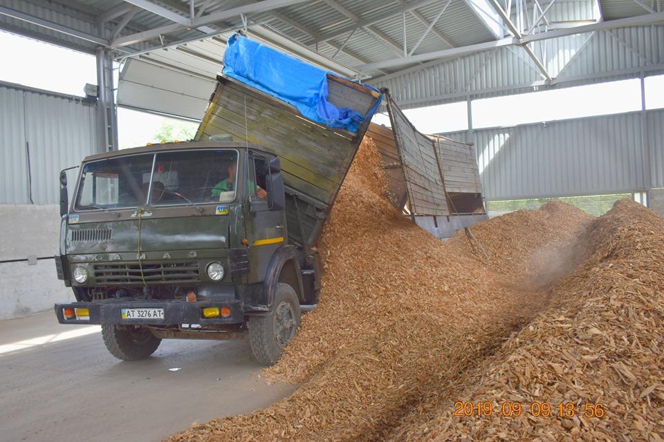 """""""Теплокомуненерго"""" почало отримувати перші тонни деревини для опалювального сезону (ФОТО)"""