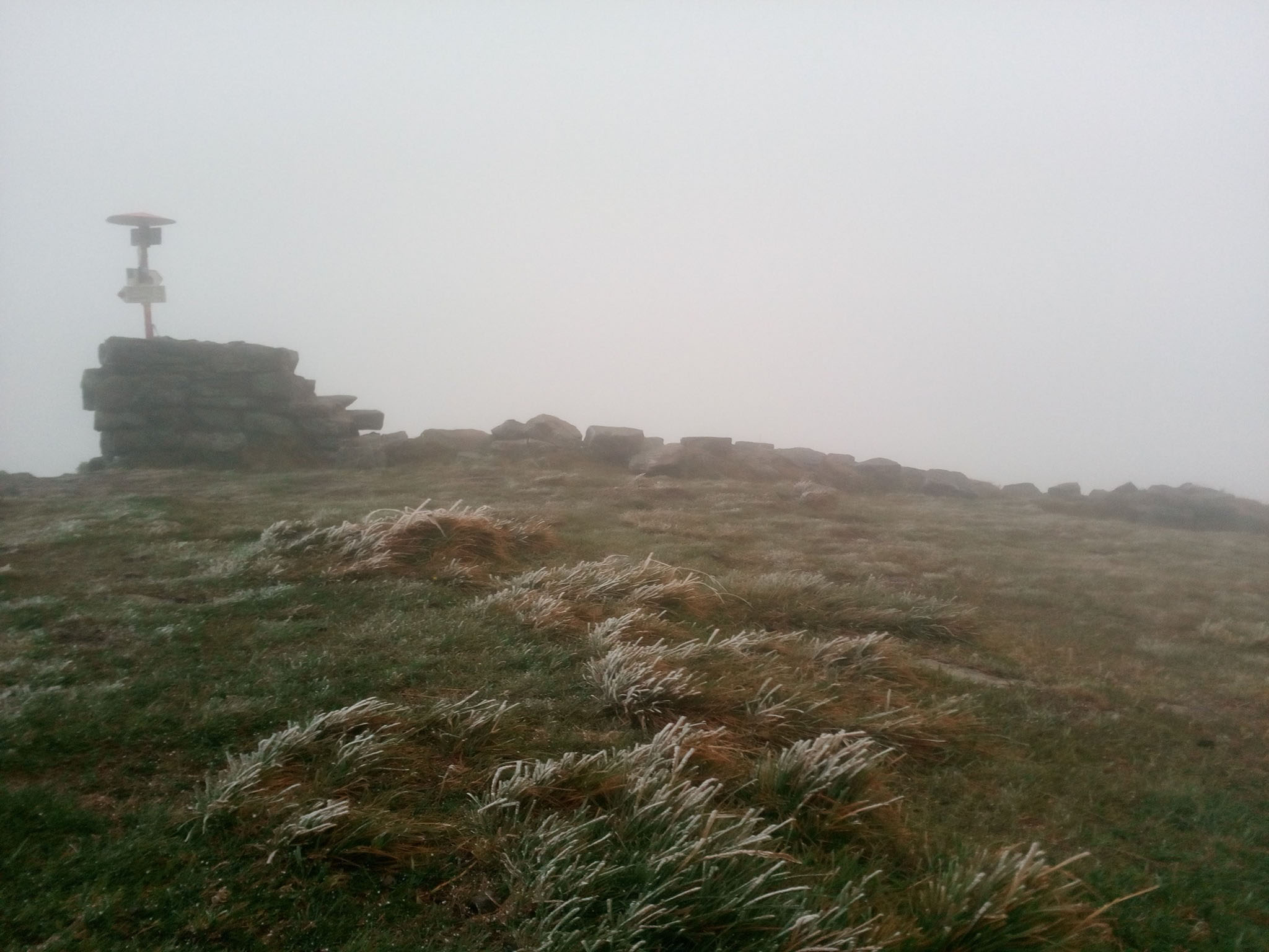 У Карпатах випав сніг: відео з вершини гори Піп Іван