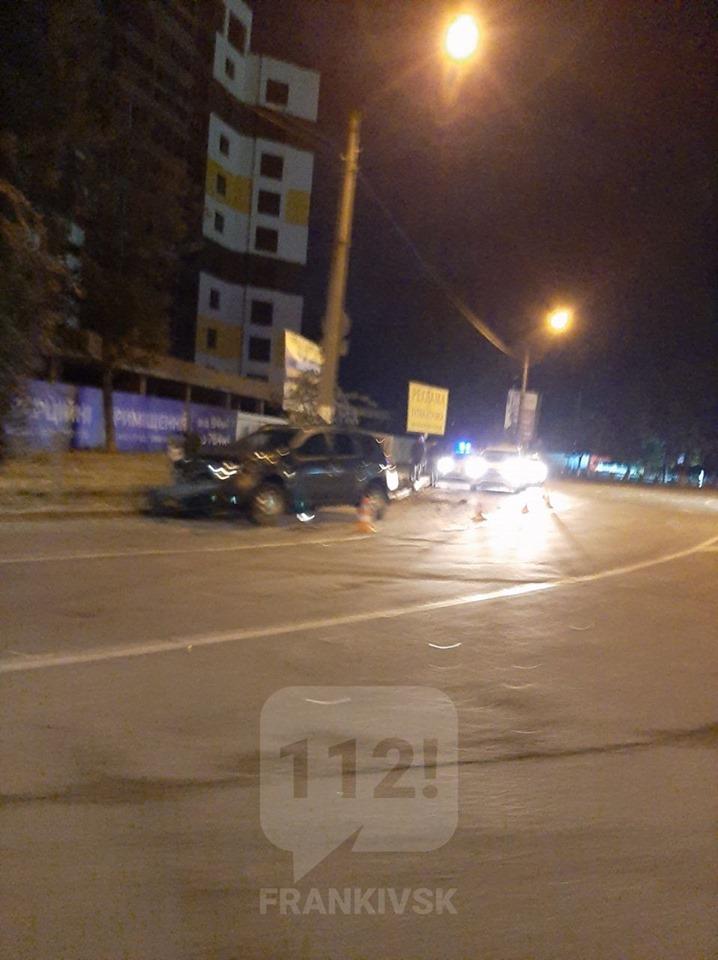 """Вночі на Мазепи розбили службове авто """"Муніципальної варти"""", водій втік  (фото)"""