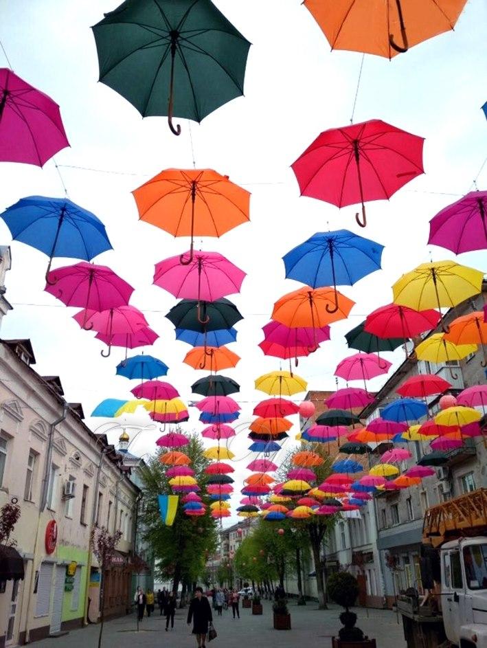 Центр Івано-Франківська прикрасять різнобарвними парасольками