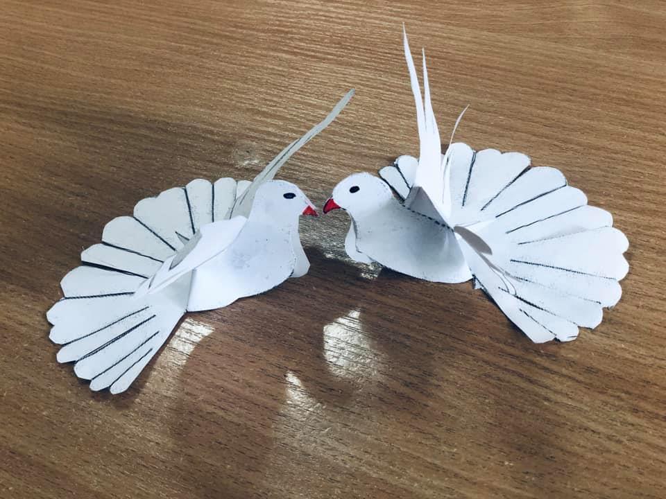 """Юні франківці виготовили """"голубів миру"""" для поліціянтів на Сході (ФОТО)"""