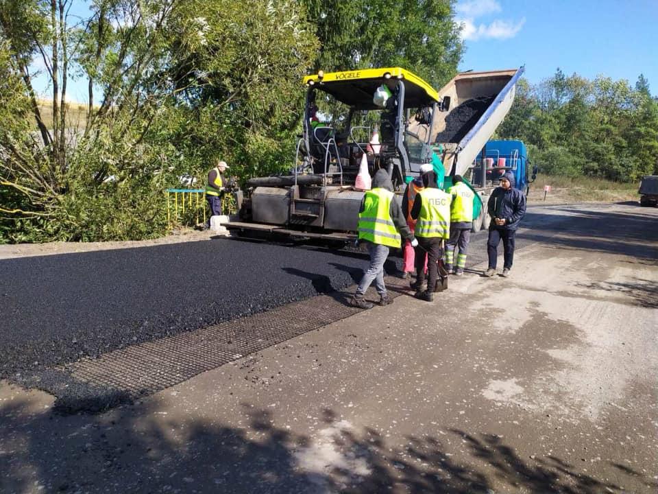 У селі на Городенківщині продовжують ремонтувати дорогу державного значення (фоторепортаж)