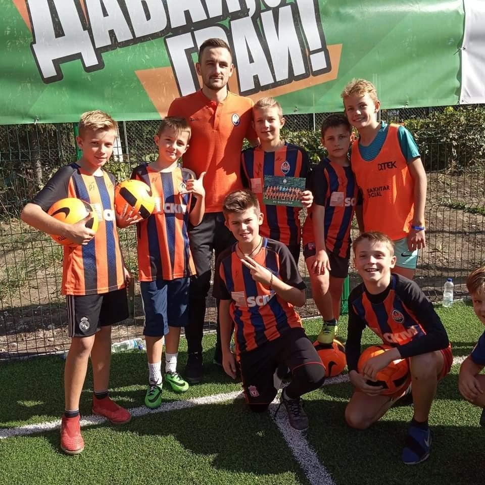 """Нападник """"Шахтаря"""" приїхав на відкриття футбольного поля уБурштині (ФОТО)"""