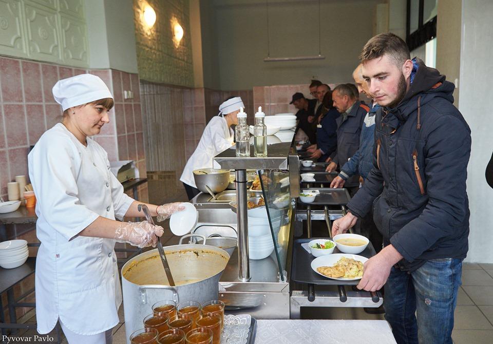 На івано-франківському заводі запрацювала їдальня, де можна пообідати за 15 гривень (фото)