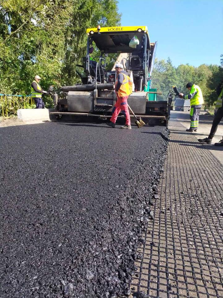 У селі на Городенківщині продовжують ремонтувати дорогу держзначення (ФОТО)