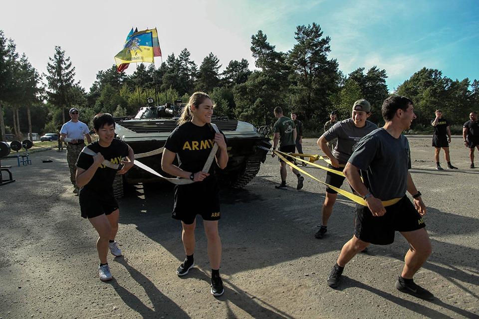 """Протягнути 13-тонну бойову машину: бійці прикарпатської """"десятки"""" позмагалися з іноземними військовими (фото+відео)"""