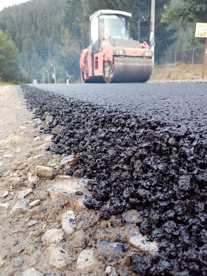 Дорогу Ворохта – Верховина активно асфальтують (ФОТО)
