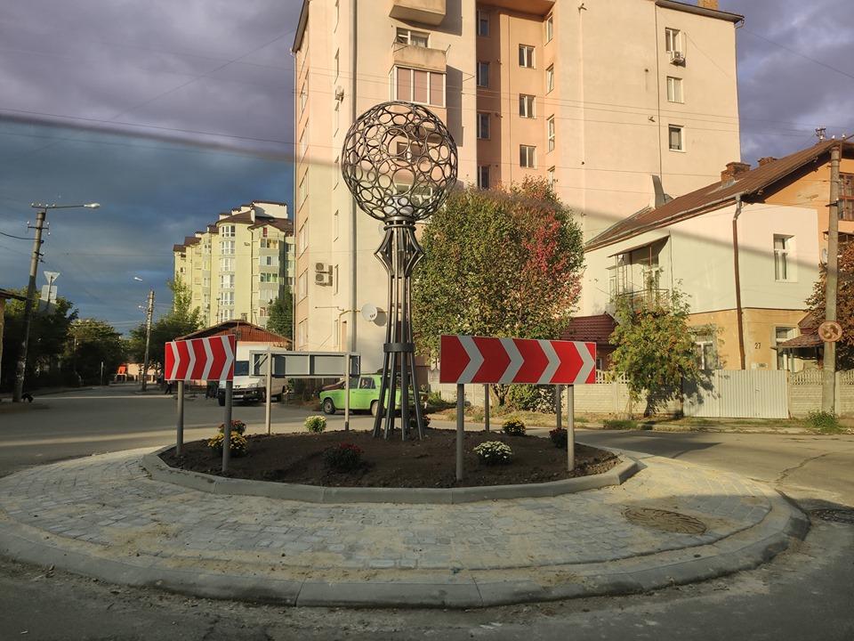 З квітами і кованим ліхтарем: нове дорожнє кільце з'явилося у Франківську (ФОТО)
