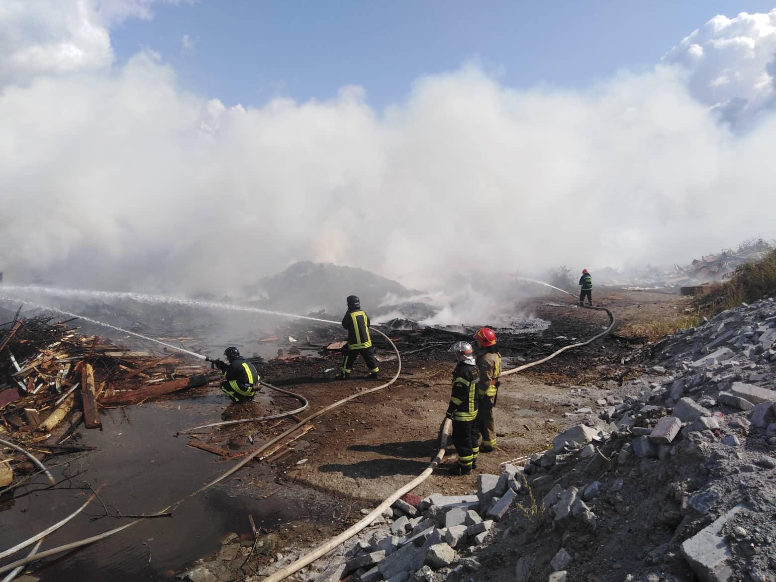 На околиці міста кілька годин гасять масштабну пожежу (ФОТО, ВІДЕО)