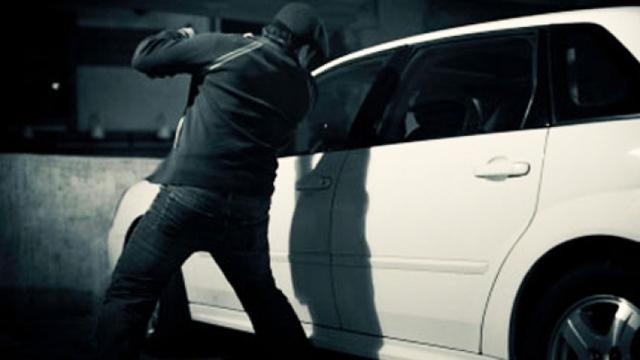 Серед ночі пограбували машину франківця, доки він у ній спав