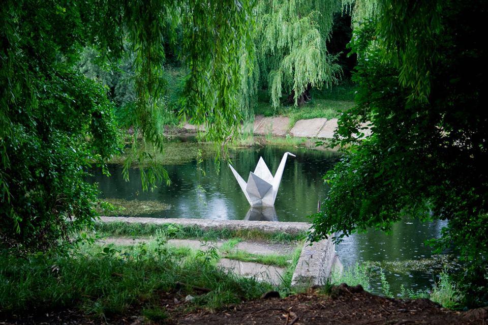 Франківців кличуть прибрати озеро з лебедем