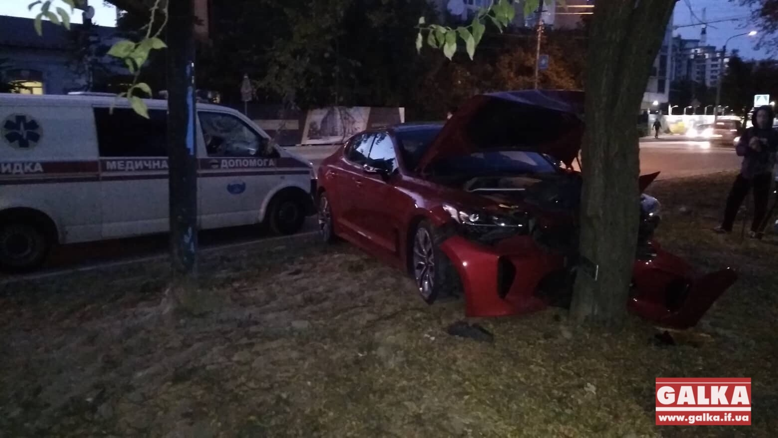 """На Мазепи автомобіль """"КІА"""" врізався у дерево (ФОТО, ОНОВЛЕНО)"""