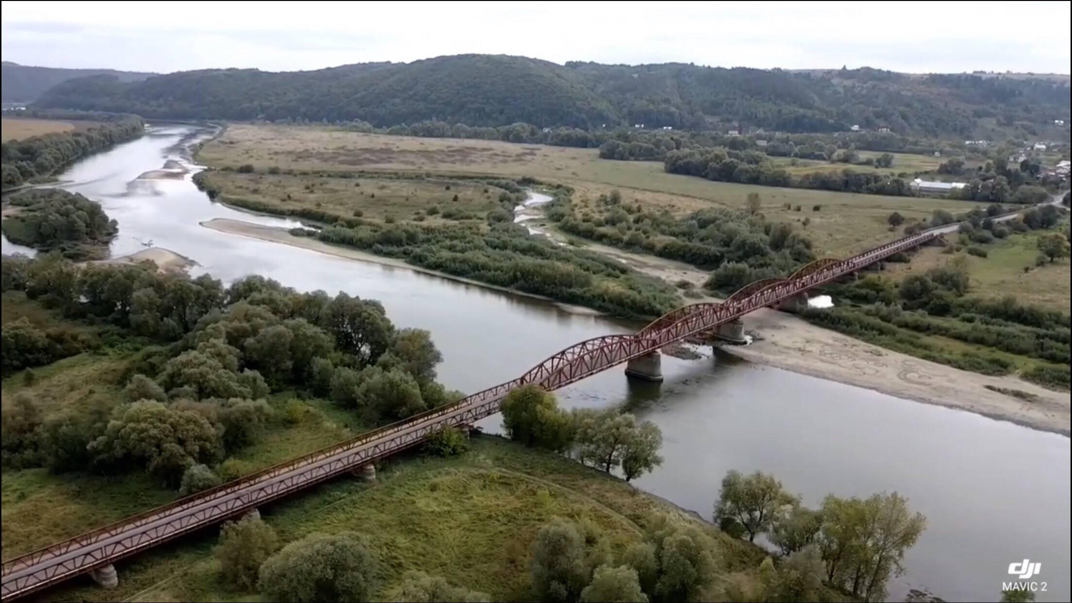 Один із найстаріших мостів Прикарпаття показали з висоти пташиного польоту (фото+відео)