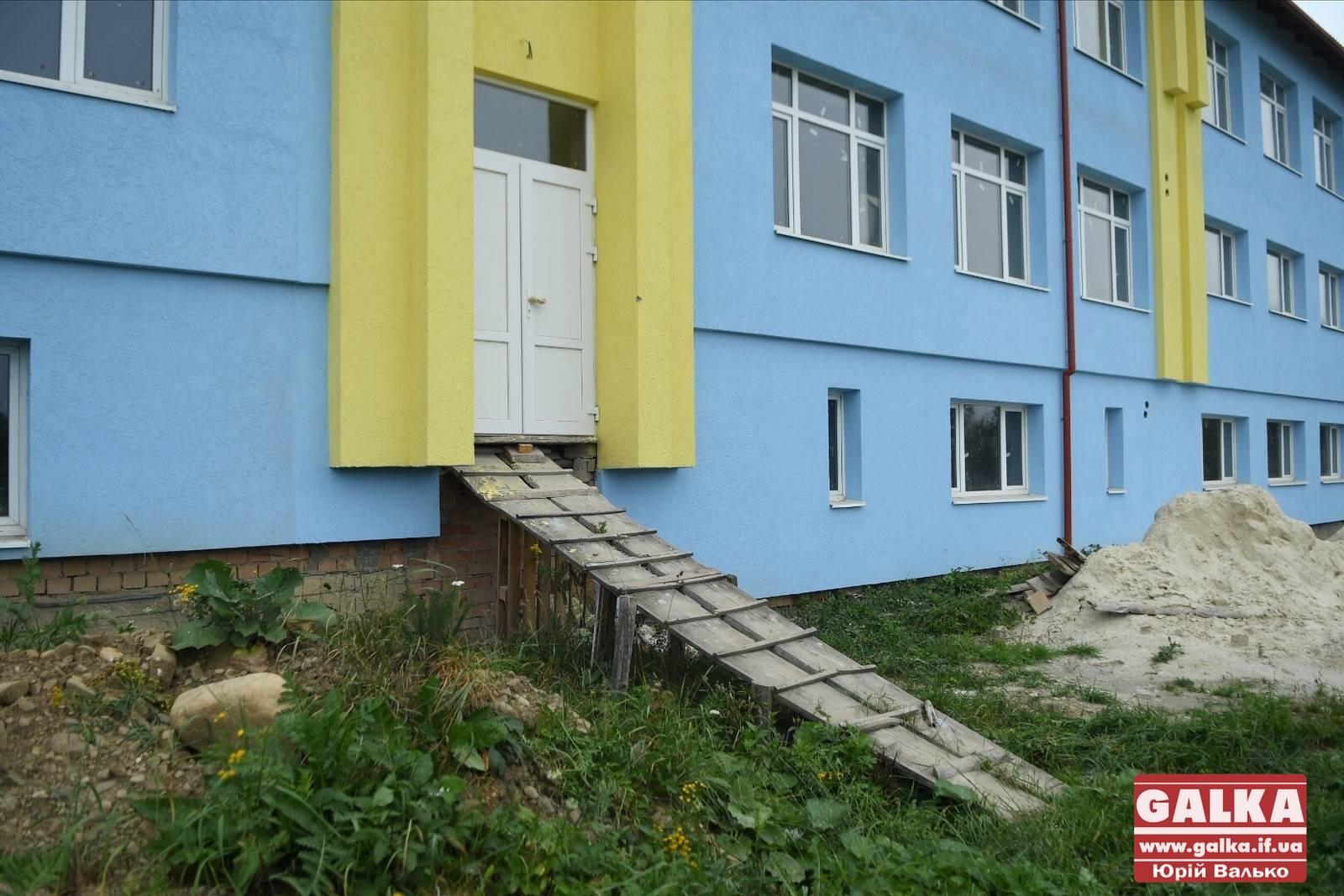 Ходять в туалет на вулицю і сидять по-троє за партою: у Космачі просять допомогти з відкриттям нового корпусу школи (ФОТО)