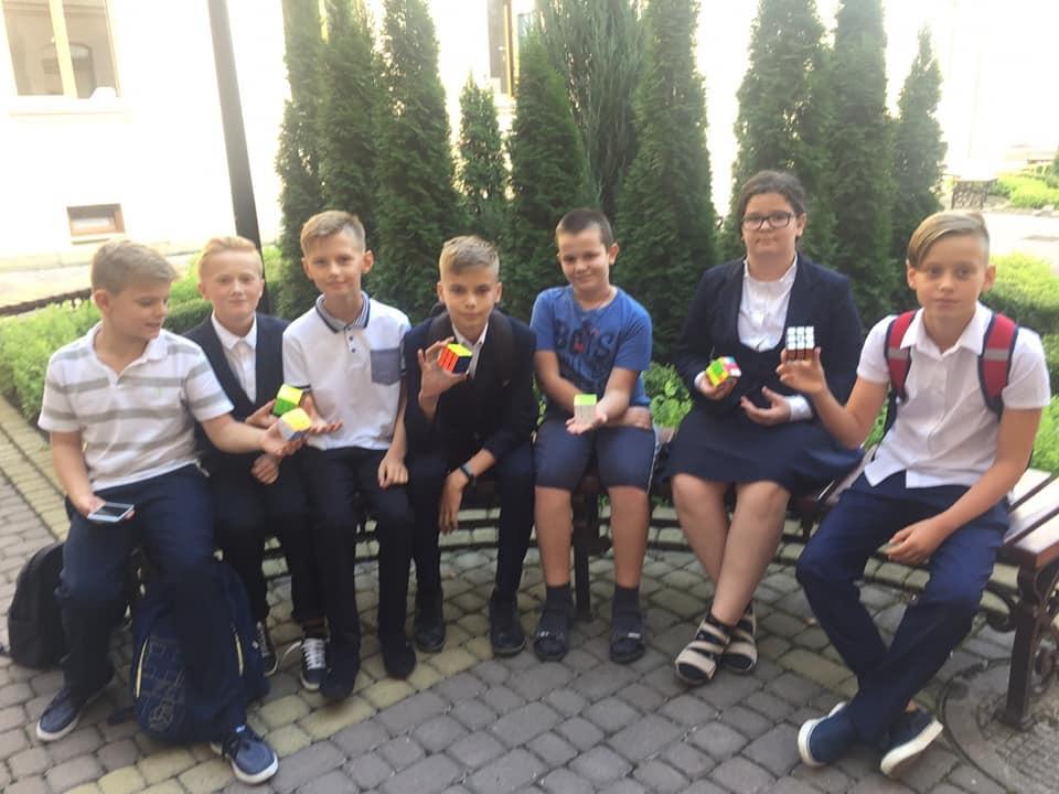 Школярі міста позмагалися у швидкісному складанні кубика Рубіка (ФОТО)