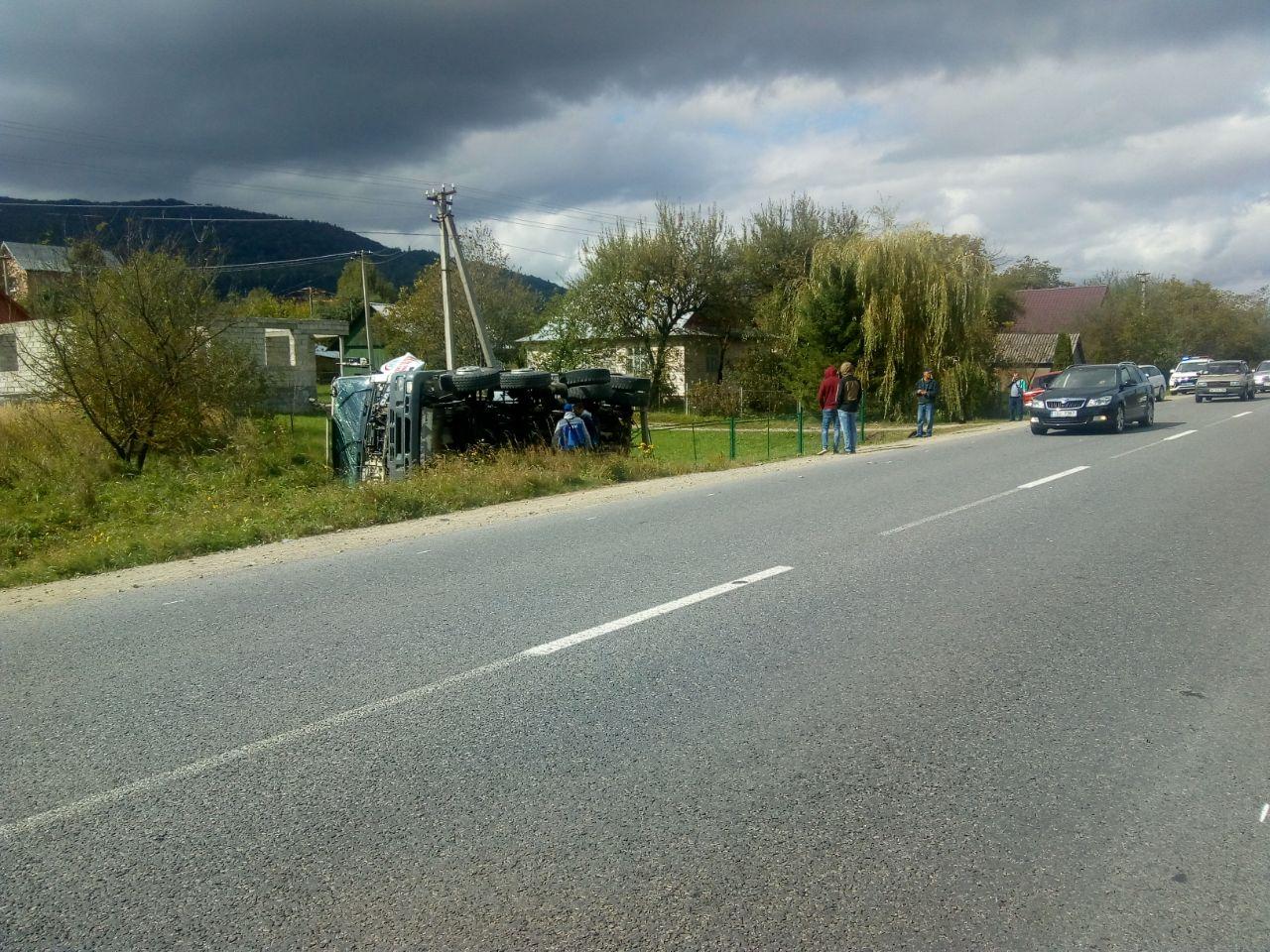 На Прикарпатті зіткнулися дві вантажівки. Одна з них перекинулася у кювет (фоторепортаж)