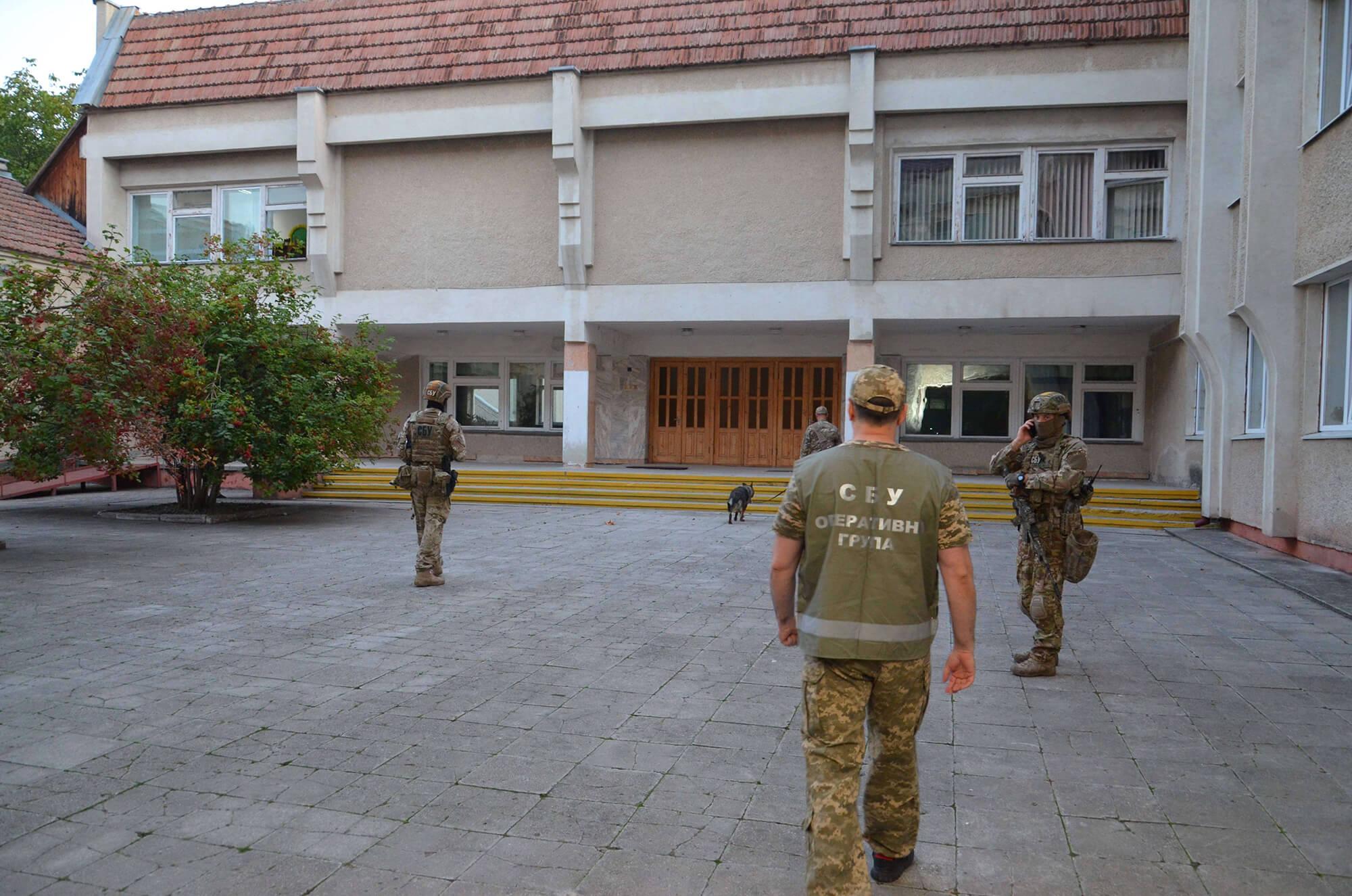"""Перед """"лінійками"""" СБУ та поліція обстежили навчальні заклади (ФОТО)"""