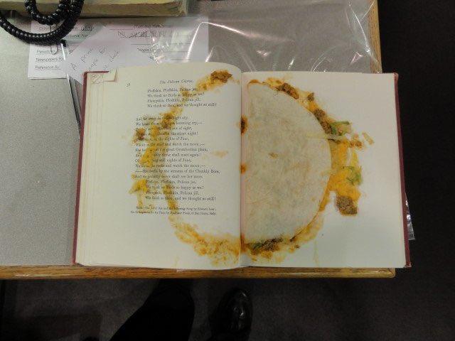 Бібліотекарка з США показала у твітері книжку із їстівною закладкою всередині (ФОТО)