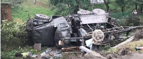 На Надвірнянщині вантажівка злетіла з дороги й перекинулася (ВІДЕО)