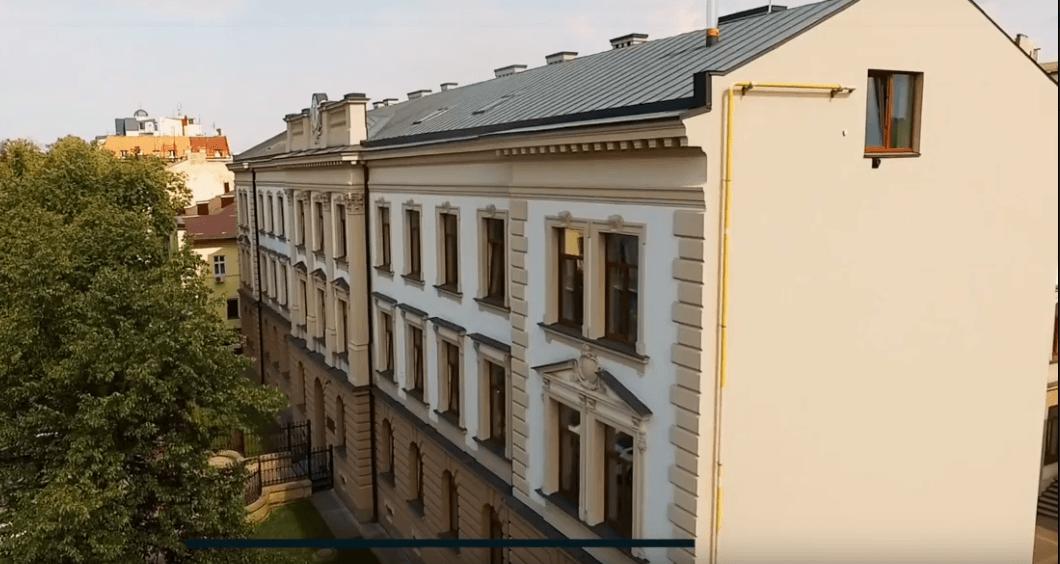 Як виглядає франківська оновлена Католицька школа з висоти пташиного польоту (ВІДЕО)