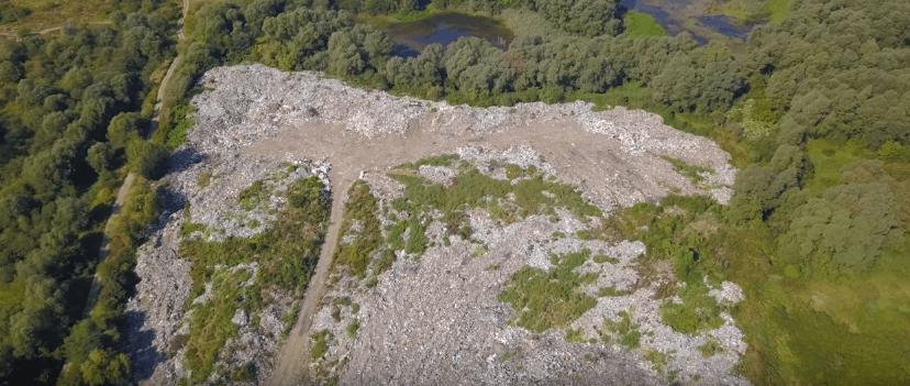 Сміттєвий шрам: як виглядає стихійне звалище на березі Дністра з висоти (ВІДЕО)