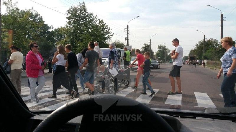 Вулицю Коновальця перекрили мешканці Опришівців, які вимагають ремонту доріг (ФОТО, ОНОВЛЕНО)