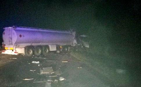 В автобус, який прямував до Яремче врізалась вантажівка: 9 осіб загинуло, за життя ще 11 борються лікарі (фото)