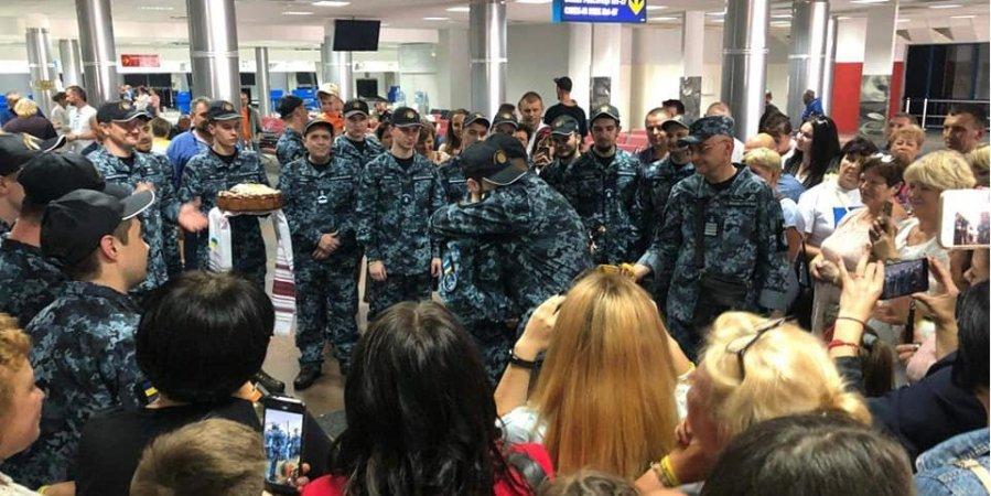Звільнені моряки отримали нагороди та нові звання прямо в аеропорту