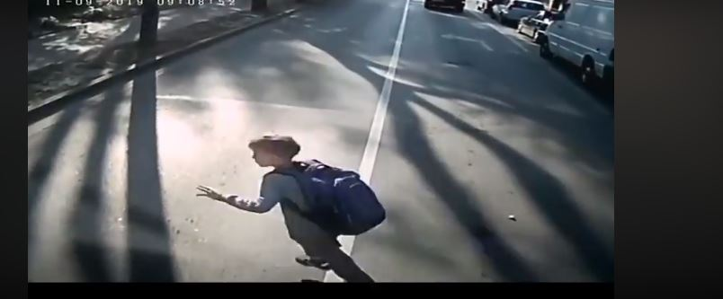 Через школяра на дорозі у комунальному автобусі травмувалися два пасажири (ВІДЕО)