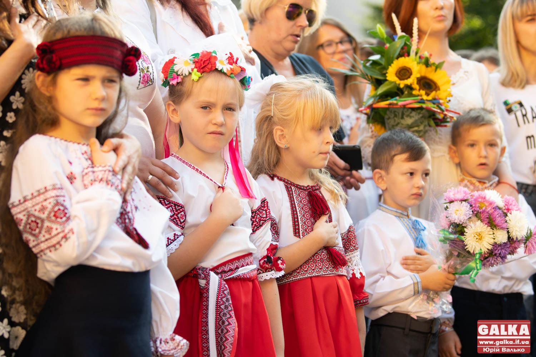 Усміхнені й у вишиванках: 3 600 юних франківців стали першокласниками (ФОТО)