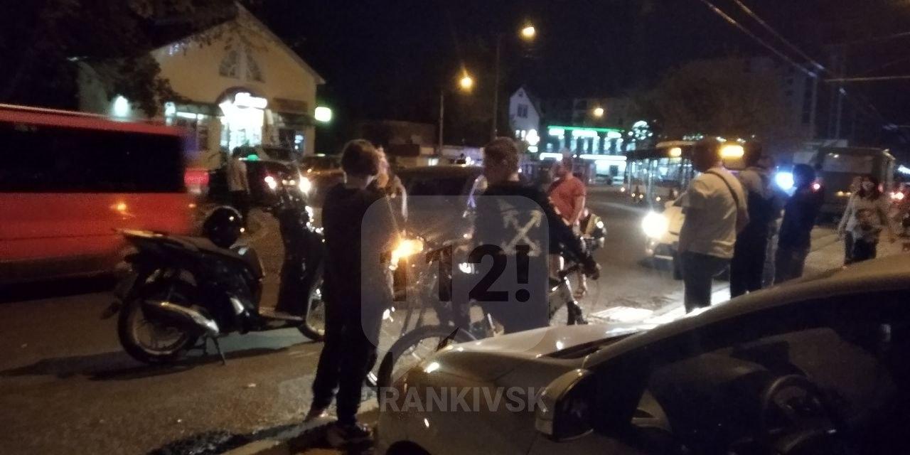 На Каскаді п'яний скутерист без водійських прав вчинив ДТП (фотофакт)