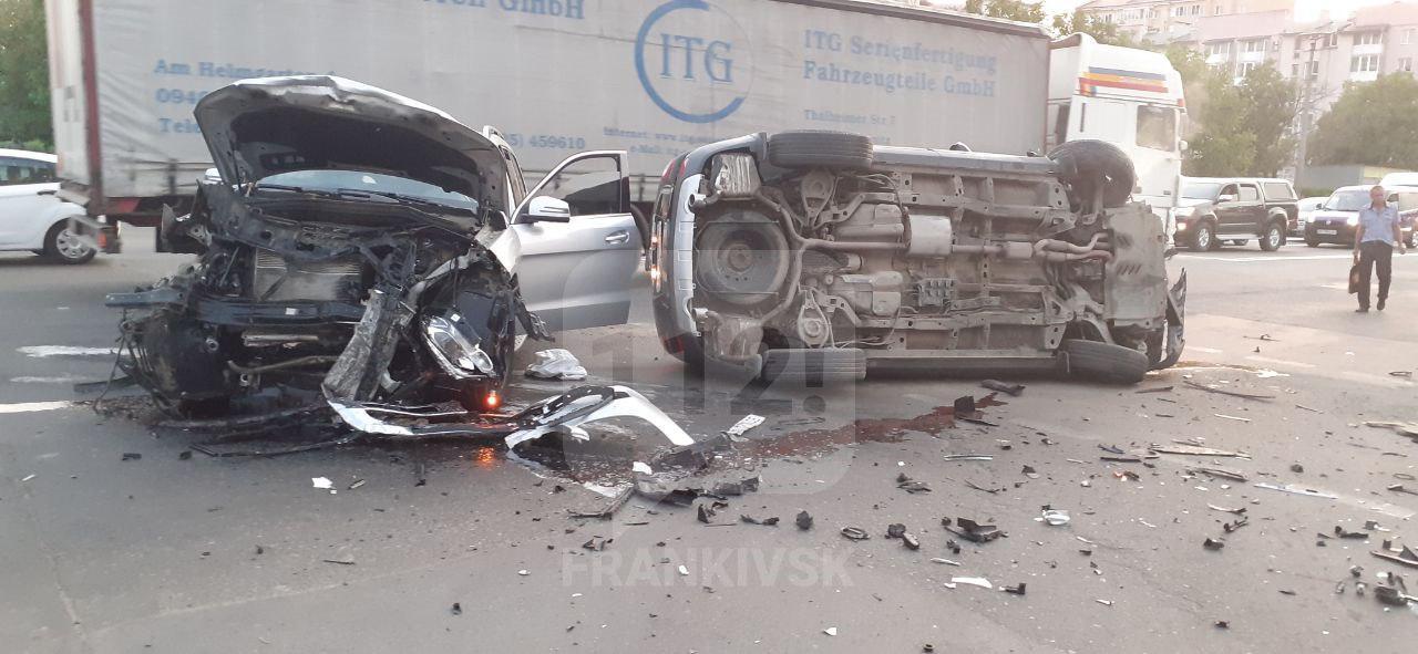 "Моторошна автотроща біля ""Велесу"": два позашляховики перетворилися на металобрухт (ФОТОФАКТ, ОНОВЛЕНО)"