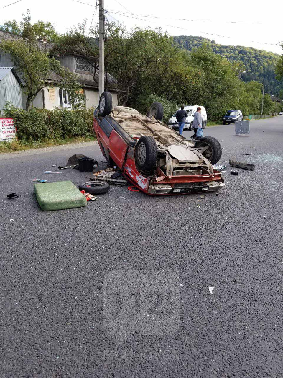 У Делятині серед дороги перекинулася автівка (ФОТО)