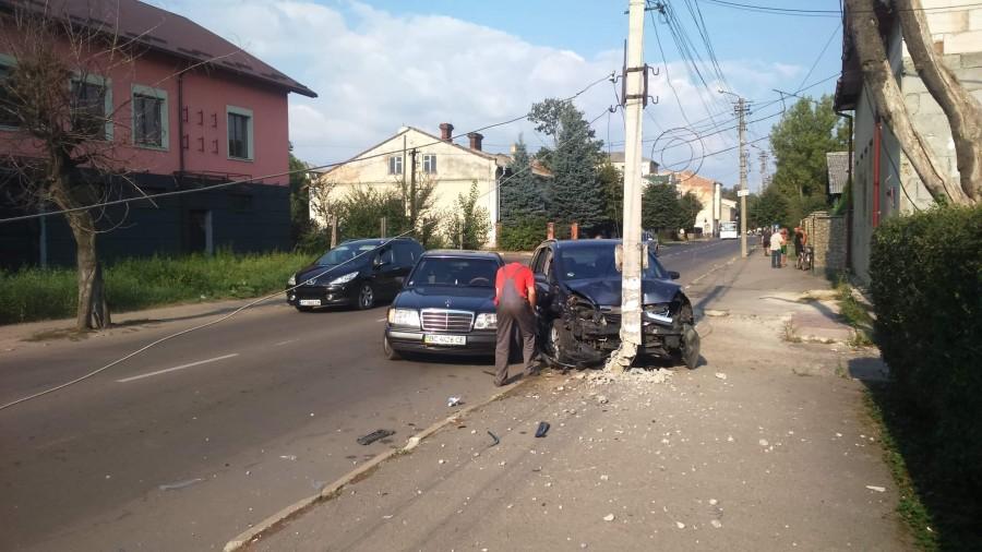 У центрі Калуша автівка влетіла в електроопору (ФОТО, ВІДЕО)