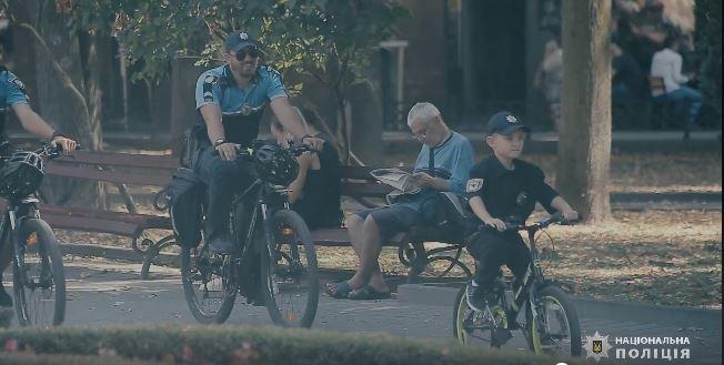 """""""Виросту і точно стану поліцейським"""", – семирічний хлопчик провів день з прикарпатськими правоохоронцями (ВІДЕО)"""